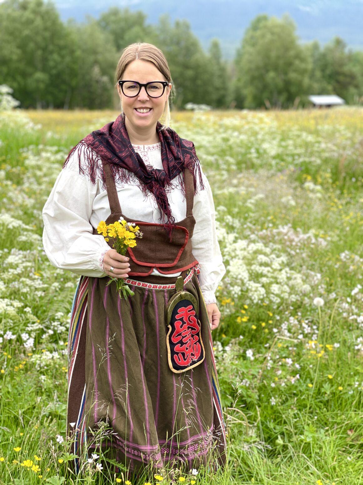 Flicka i hembygdsdräkt från Vemdalen
