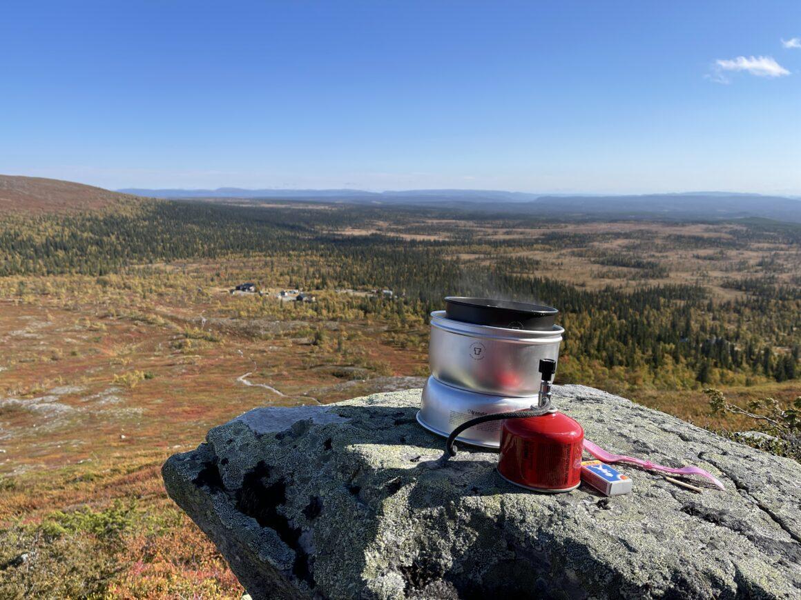 Trangia-kök på fjälltopp. Dags för lunch med magisk utsikt över dalgångarna från Särvfjället.